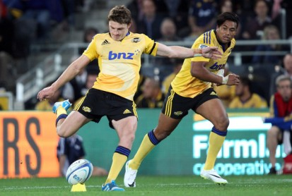 Beauden Barrett kicking for the Hurricanes against the Highlanders during the 2015 Super Rugby