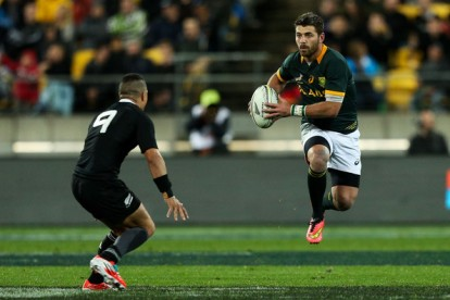 Springboks fullback Willie Le Roux and All Blacks scrum-half Aaron Smith facing each other in the Rugby Championship