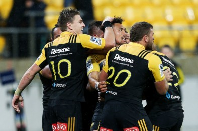 The Hurricanes congratulate Ardie Savea for his winning try against the Highlanders