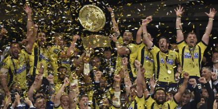 The Clermont players lifting the Bouclier de Brennus, the Top14 Trophy's name, following their final win against Toulon in 2017