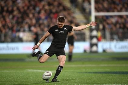 Beauden Barrett kicking for New Zealand against South Africa during Rugby Championship 2017 in QBE Stadium, Albany