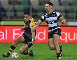 The Taranaki fullback Stephen Perofeta is put under pressure by the Hawke's Bay centre Jonah Lowe during the Mitre 10 Cup 2017 in McLean Park
