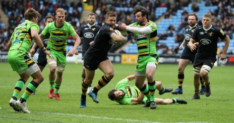 The Wasps playmaker Jimmy Gopperth and the Northampton Saints winger Ben Foden battle for the ball during the 2017-2018 Premiership game