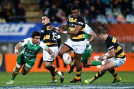 Seta Tamanivalu tries to gather the ball while playing for Taranaki against Manawatu during the 2018 Mitre 10 Cup