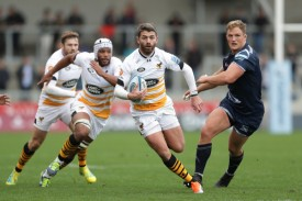 The Springbok fullback Willie Le Roux running the ball for the Wasps against the Sale Sharks during the 2018-2019 Gallagher Premiership