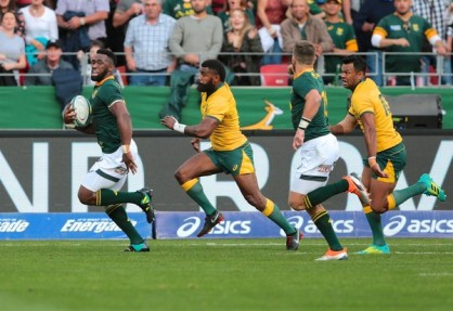 The Springboks skipper Siya Kolisi trying to win the footrace with the Wallabies winger Marika Koroibete during the 2018 Rugby Championship
